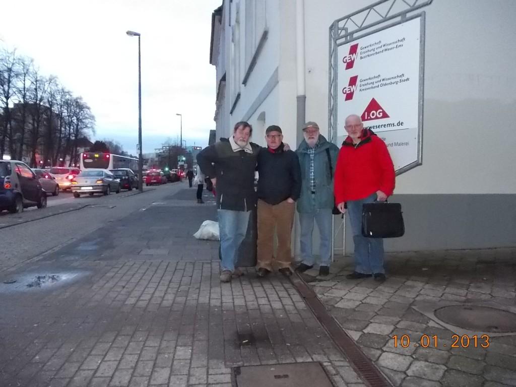 Unsere vier Vorstandsmitglieder vor der neuen Geschäftsstelle