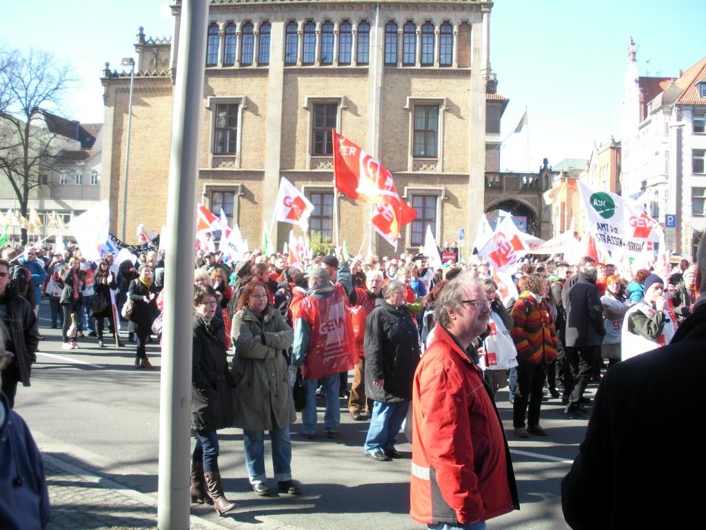 Die GEW zeigt sich - viele Kolleginnen und Kollegen aus Niedersachsen  nahmen am Warnstreik teil!!