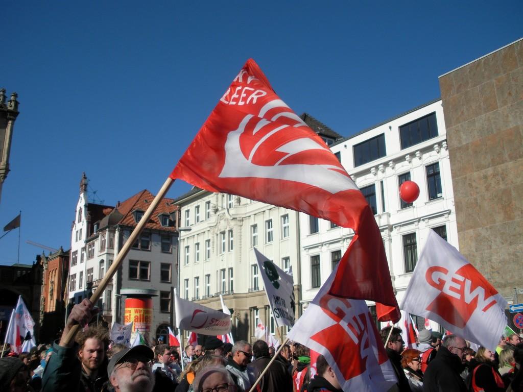 Kollege Schwarze schwenkt unsere KV-Fahne